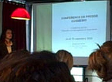 Betty Santonnat, de l'association Cosmébio, explique les avancées du standard européen Cosmos lors du point de presse du 10 septembre 2009.