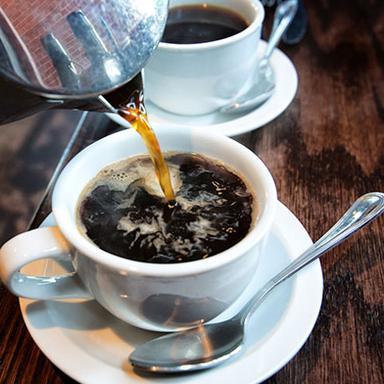 Boire du café pour prévenir la rosacée ?