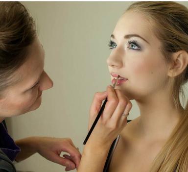 femme se faisant maquiller