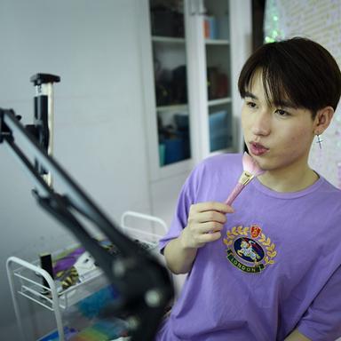 Jiang Cheng tournant une vidéo dans son studio de Pékin